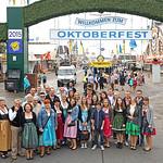 Kurz vor 9 Uhr, der Eintritt auf die Festwiese und zu den Bierzelten ist kostenlos.  http://www.oktoberfest.de