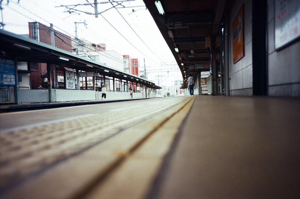 井尻駅 Ijiri, Fukuoka, Japan / Kodak Pro Ektar / Lomo LC-A+ 在井尻駅的月台上等車,要往南去遠一點的地方。  想到月台上放在地上的視角拍起來應該很特別!  Kodak Ektar 這卷底片真的好細緻!  Lomo LC-A+ Kodak Pro Ektar 100 4894-0002 2016-09-29 Photo by Toomore
