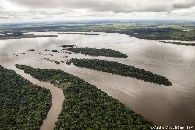 Rio Xingu, próximo ao canteiro de obras da Usina Hidrelétrica de Belo Monte em Altamira, no estado do Pará - Créditos: André Villas Bôas / ISA