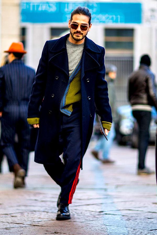 ネイビーダブルボタンロングコート×グレーTシャツ×オリーブカーディガン×ネイビーサイドラインパンツ×黒ダービーシューズ