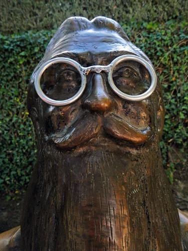 A sculpture with glasses in a park in Santiago de Compostela