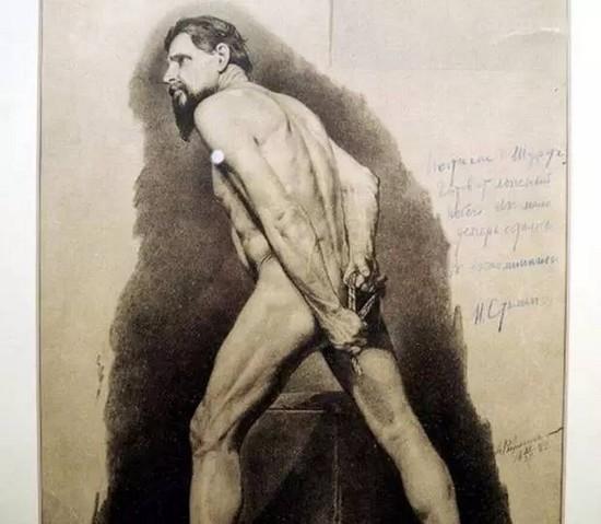 斯大林本人非常喜欢男性躶体画,尤其喜欢在上面乱写一些骂人的话,图上的蓝字即是他的笔迹
