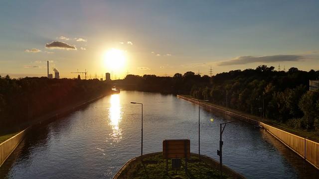 Sonnenuntergang an der heimischen Schleuse