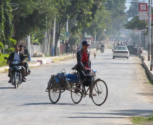 Un tuk-tuk birman: un espèce de side-car à 2 places. Une à l'avant et ...