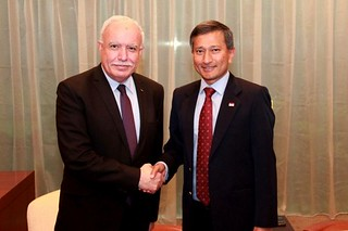 Vivian Balakrishnan shaking hands with Dr Riyad Al Maliki. Photo source: MFA.gov.sg