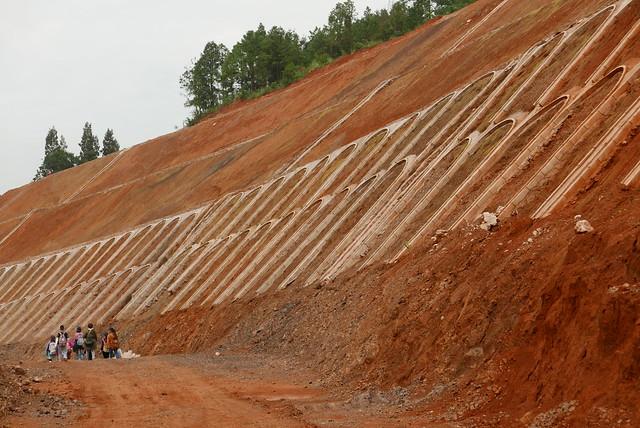 山路旁赫見大面積開挖的固坡工程。攝影:晁瑞光。