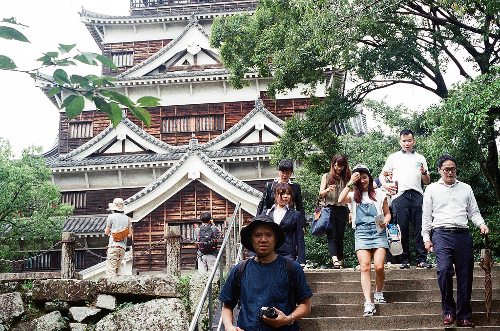 広島城 Hiroshima 2015/09/01 其實我在拍走下來的那個女生。  Nikon FM2 / 50mm Kodak UltraMax ISO400 Photo by Toomore