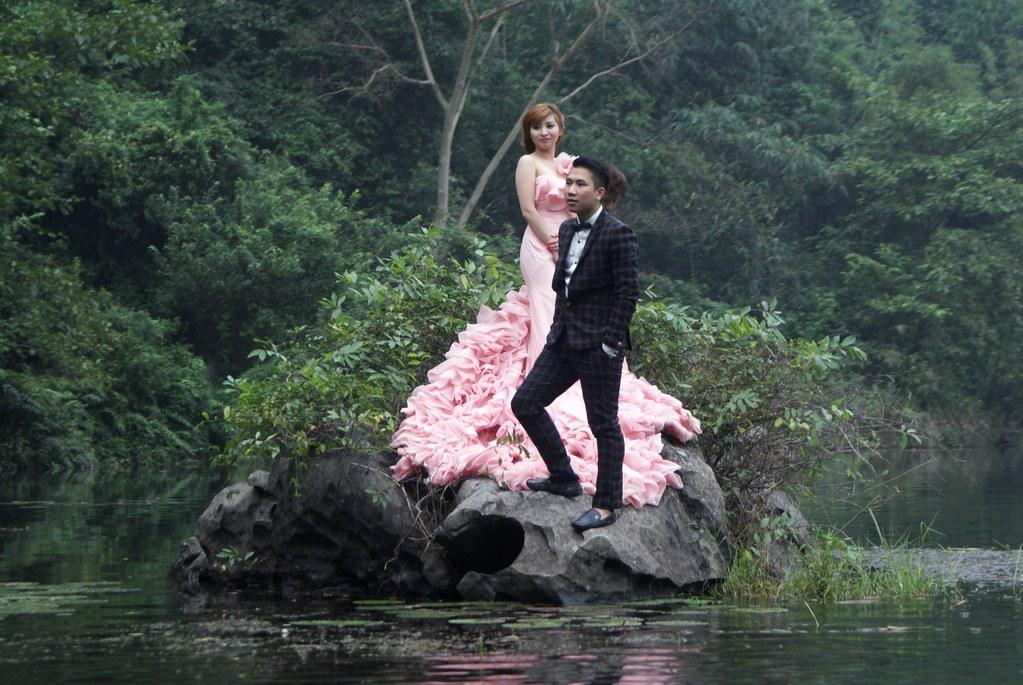 Photo de mariage et décontraction à Trang An près de Ninh Binh au Vietnam.