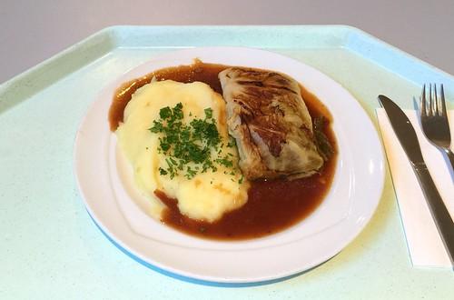 Braised savoy roulade with bacon sauce & mashed potatoes / Geschmorte Wirsingroulade mit Specksauce & Kartoffelpüree