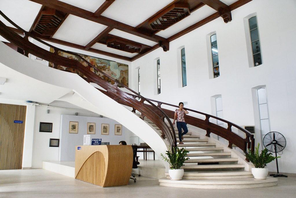 Bel escalier et hall d'entrée de l' Université ou d'une école supérieure de Saigon au Vietnam.