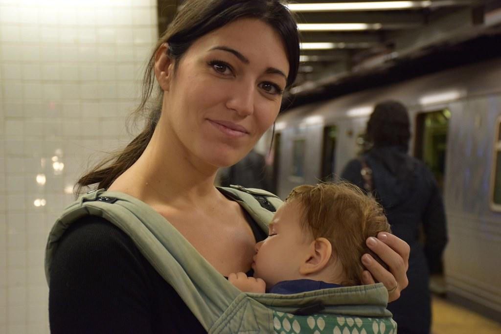 En el metro de Nueva York, embarazada de cuatro meses y medio. Combinaba porteo y carrito para no esforzarme demasiado.