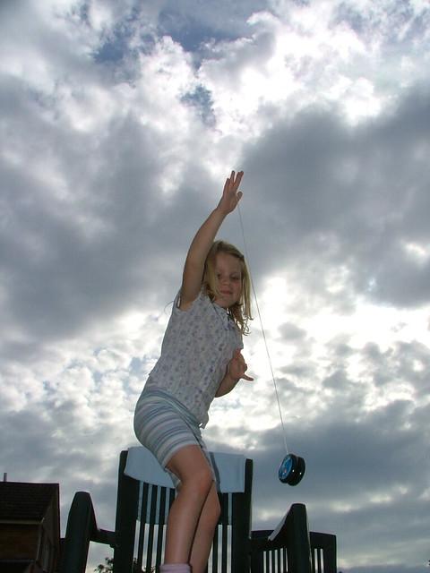 När jojon åker ner, omvandlas dess lägesenergi till rörelseenergi. När den åker upp igen, omvandlas rörelseenergin till lägesenergi.