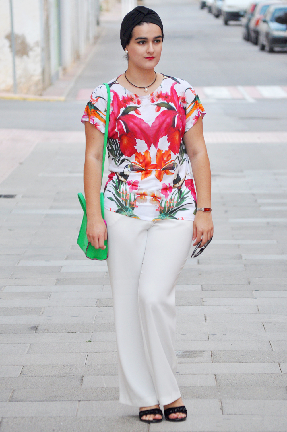 something fashion valencia blogger moda estilo, how to wear a turbant, bimba y lola neón green bag, ted baker T-shirt, white dress mango pants how to style rock total white floral outfit
