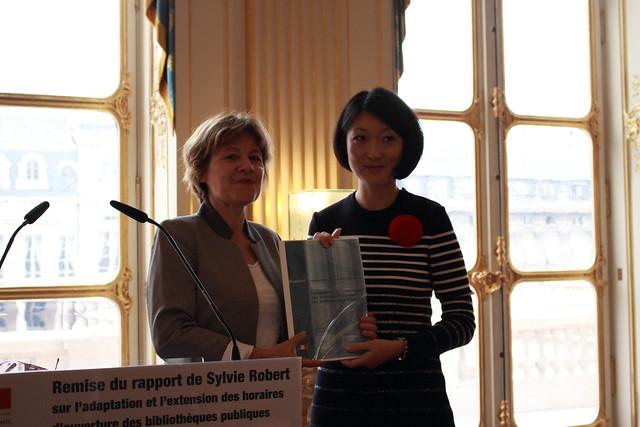 Sylvie Robert, sénatrice d'Ille-et-Vilaine (Bretagne) et Fleur Pellerin, ministre de la Culture et de la Communication - Remise du rapport sur l'extension des horaires d'ouverture des bibliothèques