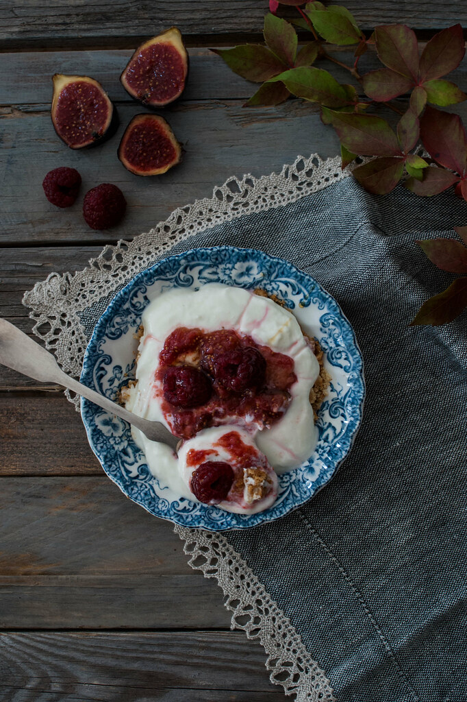 Crema de yogurt con limon, higos y frambuesas