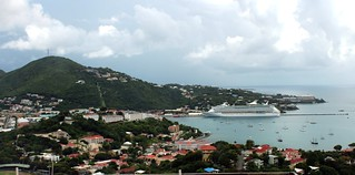 Attēls no Long-Bay Beach pie Charlotte Amalie. ocean cruise cloud beach water st port island photography islands us ship cloudy charlotte outdoor thomas united low royal panoramic aerial line adventure virgin international photograph cumulus caribbean states aol vi stthomas seas rcl amalie usvi rccl adventureoftheseas konomark