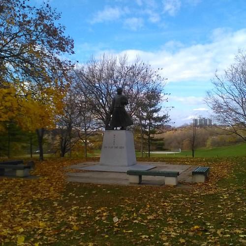 Dr. Sun Yat-sen statue, Riverdale Park East #toronto #sunyatsen #statues #riverdaleparkeast #riverdalepark  #autumn #latergram