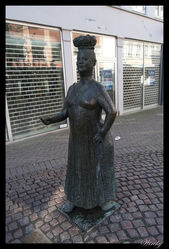 Cuentos Andersen Odense - Mujer con huevos