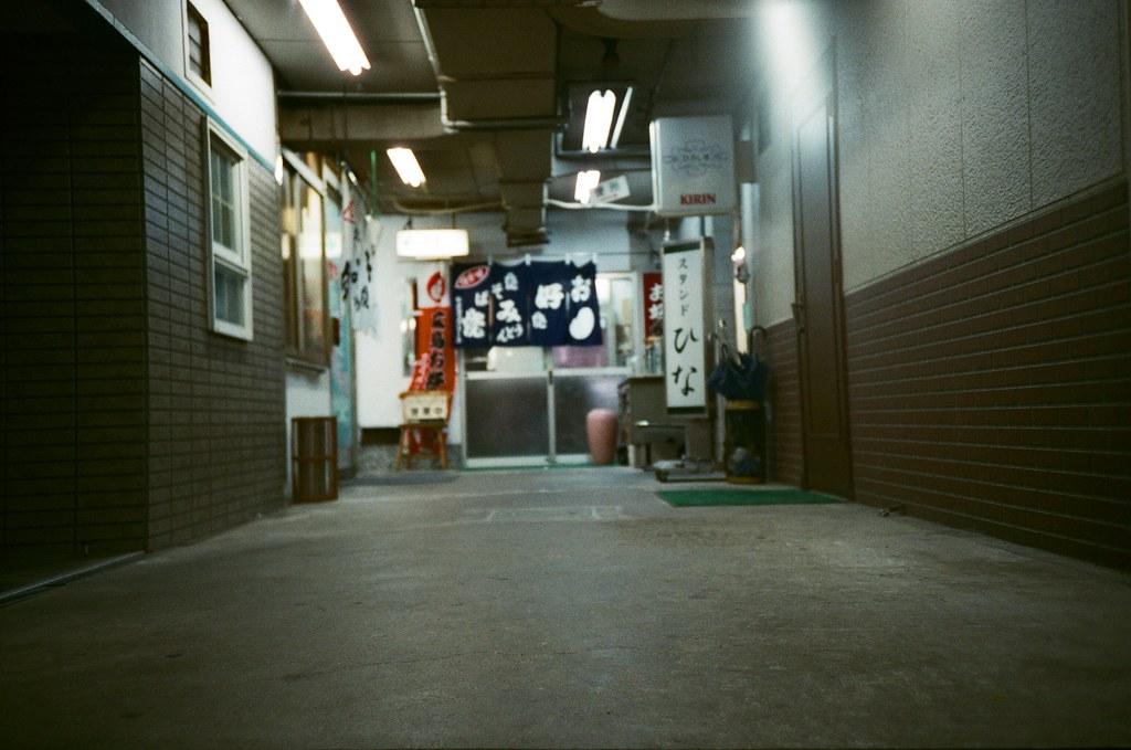 基町住宅 広島 Hiroshima, Japan / FUJICOLOR 業務用 / Lomo LC-A+ 放在地上的畫面,但不確定是估焦錯誤還是有點晃到。  住宅內有些地方是小小間的店家,這看起來很就居酒屋的樣子。不知道晚上營業會是怎樣的氣氛。  Lomo LC-A+ FUJICOLOR 業務用 ISO400 4898-0031 2016-09-27 Photo by Toomore
