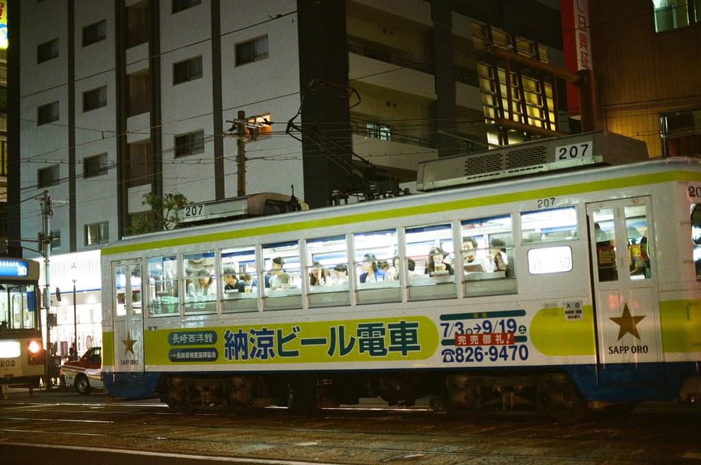 西浜町 長崎 Nagasaki 2015/09/07 看到一輛電車上面全部人都在喝啤酒。  Nikon FM2 / 50mm Kodak UltraMax ISO400 Photo by Toomore