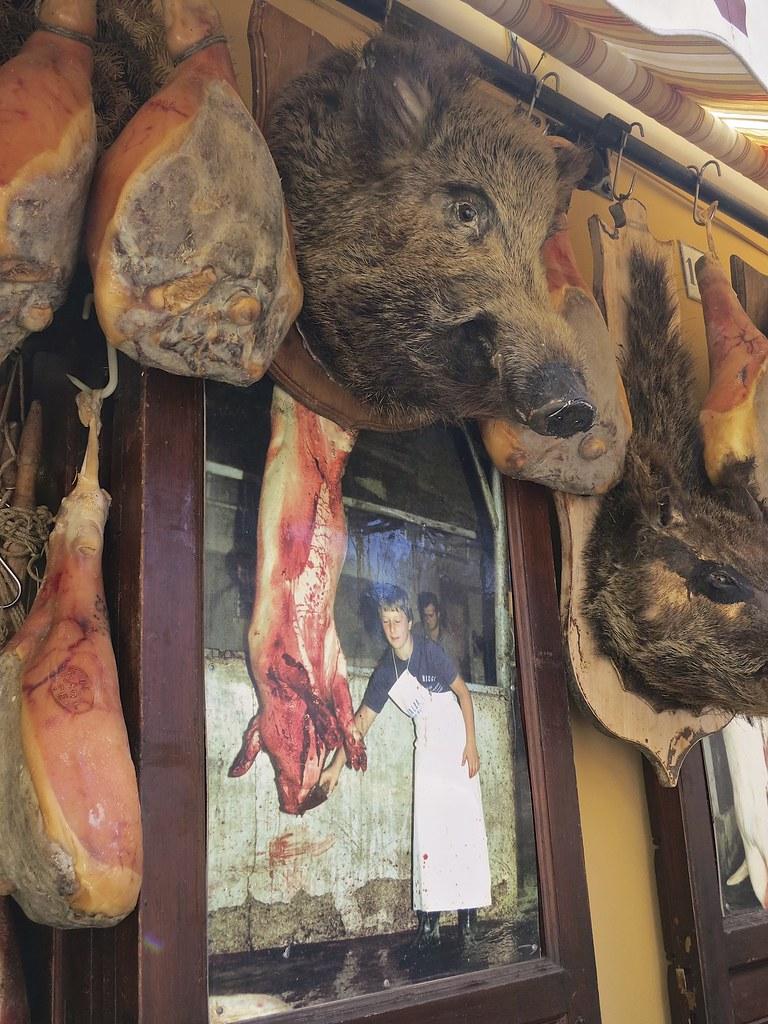 Suomessakin tunnettua prosciutto-kinkun valmistukseen käytetään nimenomaan Norcian alueella kasvatettua sikaa, joka on täysin oma lajinsa.