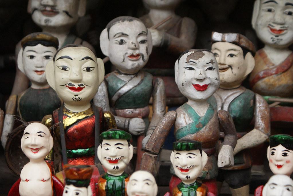 Statues visibles dans une cour du temple de la littérature à Hanoi.