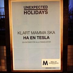 Reklam för Teslas butik på Mall of Scandinavia.