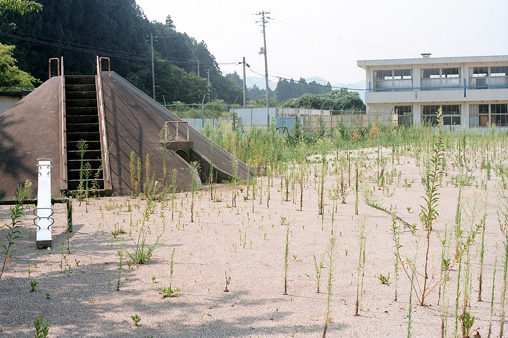 "楢葉北小学校 福島 竜田駅 2015/08/06 操場旁邊的溜滑梯。  Nikon FM2 / 50mm Kodak ColorPlus ISO200  <a href=""http://blog.toomore.net/2015/08/blog-post.html"" rel=""noreferrer nofollow"">blog.toomore.net/2015/08/blog-post.html</a> Photo by Toomore"