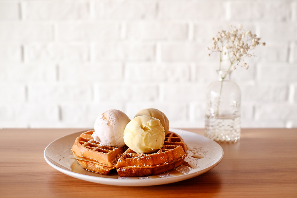 Double Scoops: Waffle with 3 scoop of gelato.