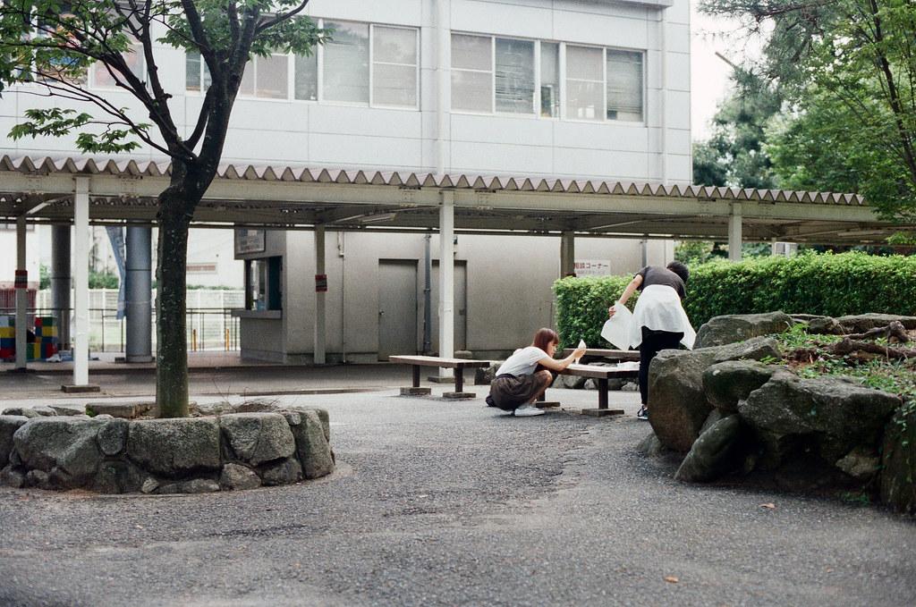 福岡大學, 福岡 Fukuoka 2015/09/03 好像快開學了,校園裡很熱鬧,有人在準備海報。  Nikon FM2 / 50mm Kodak UltraMax ISO400 Photo by Toomore