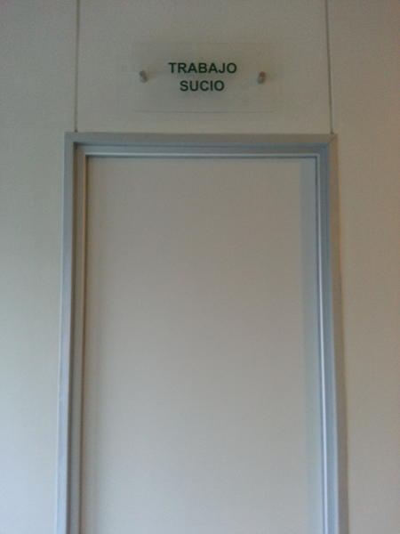 Foto graciosa de la oficina de Trabajo Sucio