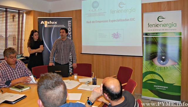 Laura Vélez, de Fenie Energía y Jesús Román, de Fenie, imparten el curso a los asistentes, con el presidente de AESLUX, José Luis Sánchez Iglesias a su izquierda.