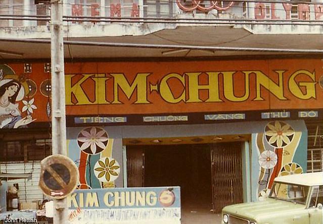 Saigon 1970-71 by John Hettish - Đoàn cải lương Kim Chung trình diễn ở rạp cinéma Olympic trên đường Hồng Thập Tự.