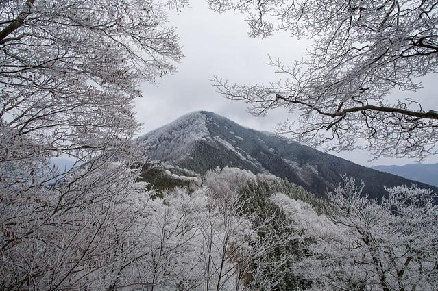 小持山への登り返し途中に武甲山を振り返る