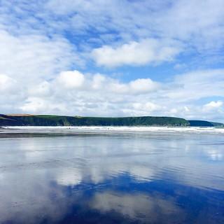 Morgen meer van dat. Mét de boot, met nog dikkere kleren, met nog meer goesting om te bodyboarden en hopelijk met een nog iets warmere zon. #sun #sea #seaside #broadhaven #beach #clouds #cloudporn #reflection #pembrokeshire #pembrokeshirecoastpath #wales