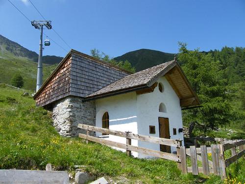 Kis kápolna az állomás közelében