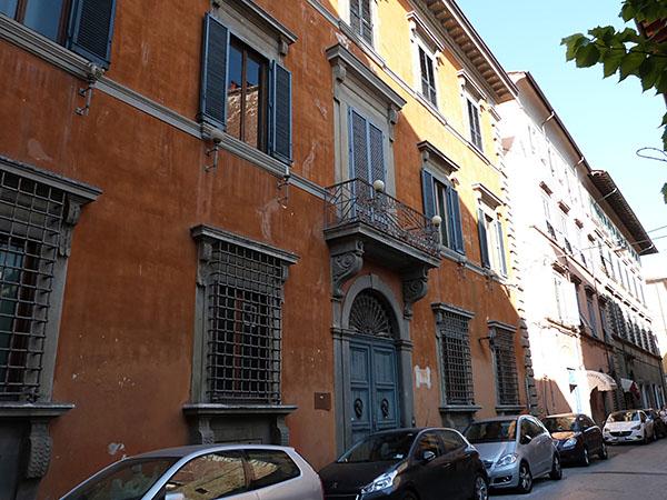 façade orange pise