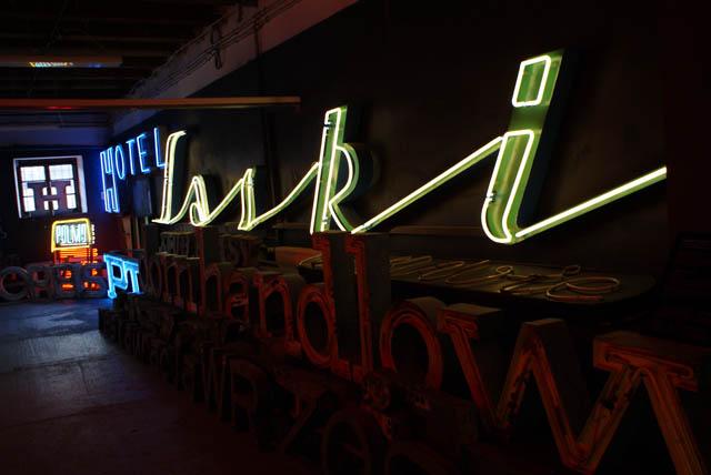 > Musée du néon à Varsovie dans le quartier de Praga.