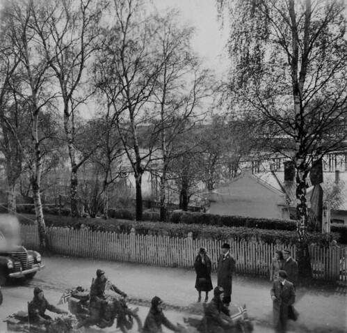 Norsk motorsykkelavdeling toger gjennom Elvegata (1945)