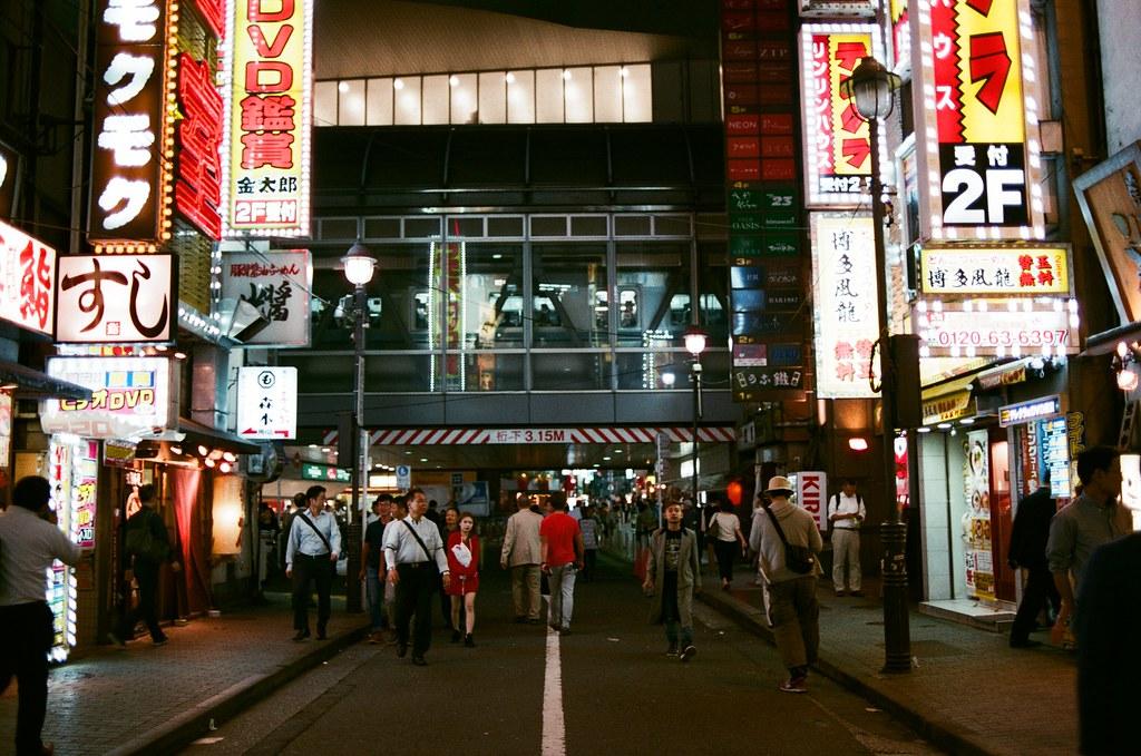 渋谷 Tokyo 2015/10/02 有一點在渋谷迷路,後來看到列車行駛過去,那個方向應該就是車站吧。   Nikon FM2 Nikon AI AF Nikkor 35mm F/2D AGFA VISTAPlus ISO400 0998-0023 Photo by Toomore