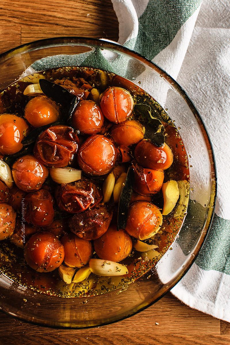 Panecillos de tomates marinados y mascarpone