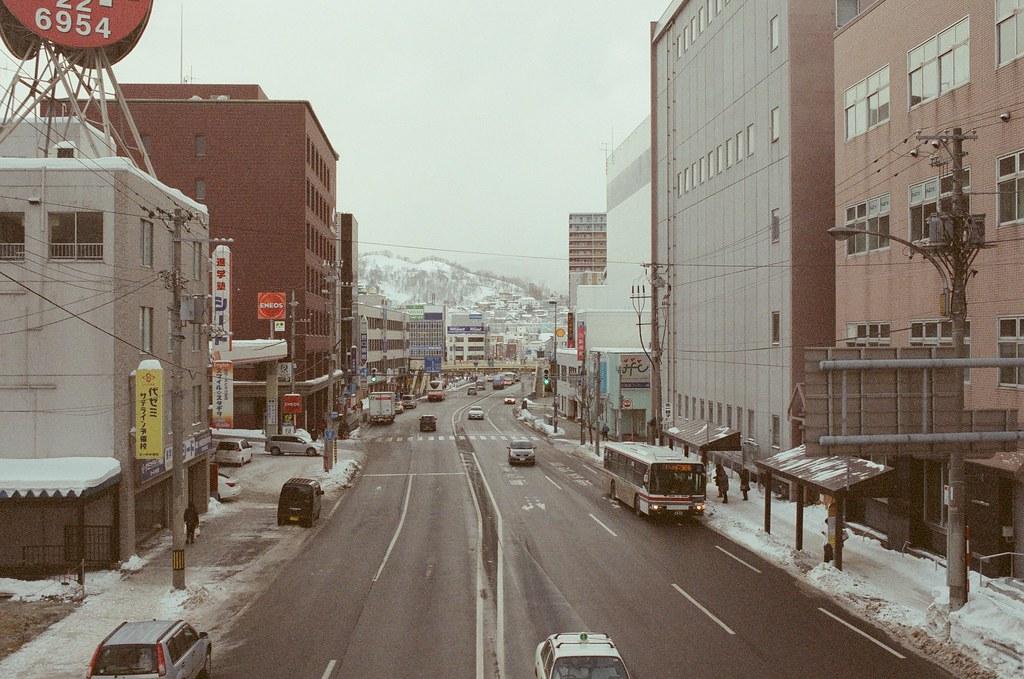 小樽 Otaru 北海道 / Fujifilm 500D 8592 / Nikon FM2 前面就是小樽天狗山了,雖然有公車可以上去,但就是想要走路,就真的這樣直直的走上去,邊走邊看山的方向調整。  那時候去完郵便局買完明信片,邊走邊想寄出的問題,你知道嗎?這些問題到現在來說都變得毫無意義了。  想要花點文字紀錄都覺得浪費。  Nikon FM2 Nikon AI AF Nikkor 35mm F/2D Fujifilm 500D 8592 1119-0020 2016/02/02 Photo by Toomore