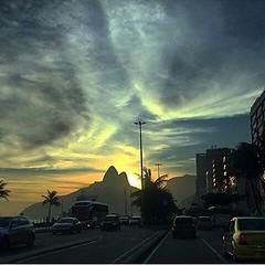 E o lindo pôr-do-sol em Ipanema, captado por @jess_acocella e divulgado pelo Jornal O Globo... #AplausoBlogAuroradeCinema #Rio450 #riodejaneiro #errejota #rioeuteamo #porainorio #urban #lindodever #goodinrio #cidademaravilhosa #praia #cariocando #cidadeli
