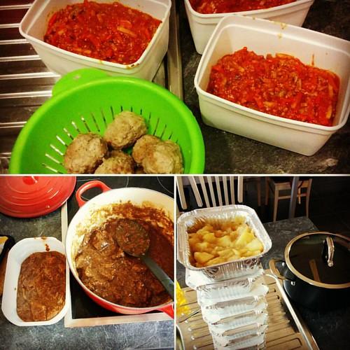 Vier porties spaghettisaus 🍝, twee porties stevig stoofvlees 🍖, 3kg appels geschild voor appelspijs 🍎, gehaktballetjes 🍪 - ik zeg, een geslaagde #kookzondag! #goodhousewife🏆 #kokkerellen #herfsthappy #autumnlove