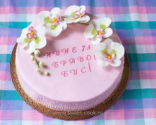 Юбилейный торт украшенный орхидеями фаленопсис