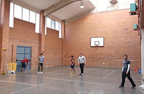 Alumnado gitano jugando a pelota mano en el IES Artabe BHI