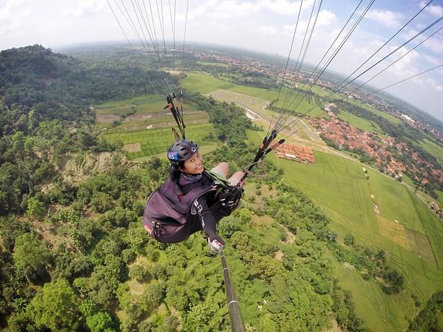 terbang melayang dengan paralayang di majalengka http://majalengkaonline.com