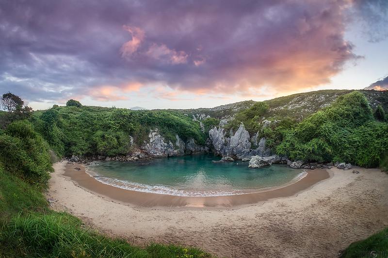 Amanece en la playa Gulpiyuri