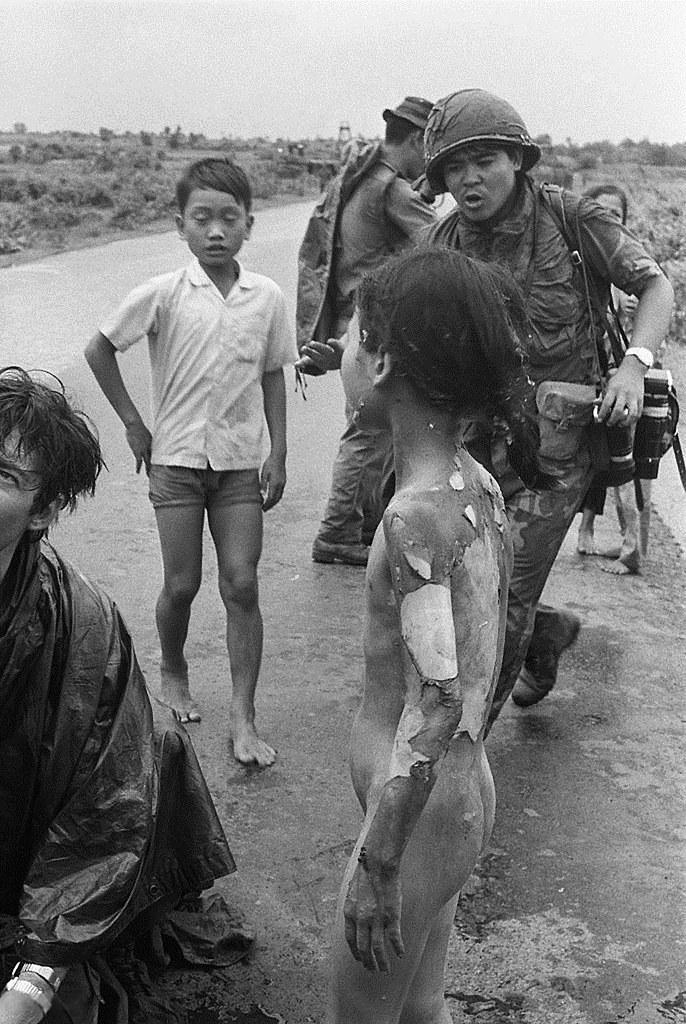 Fleeing Trang Bang, June 08, 1972 - Phng Vin Nh Nick T -9612
