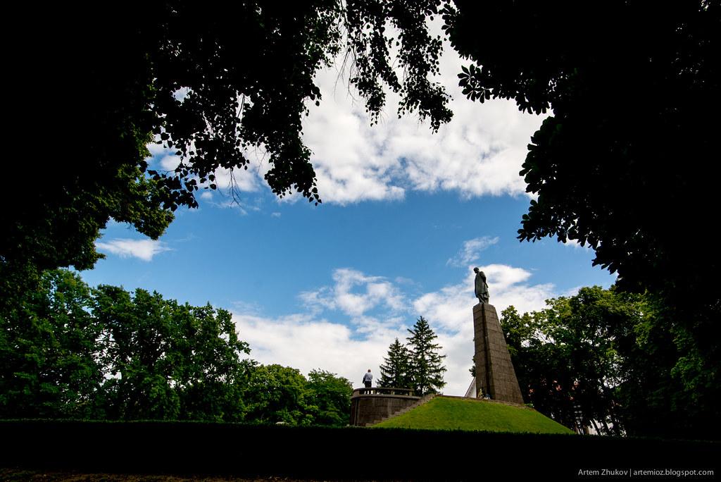 Shevchenko monument in Kaniv, Ukraine.jpg